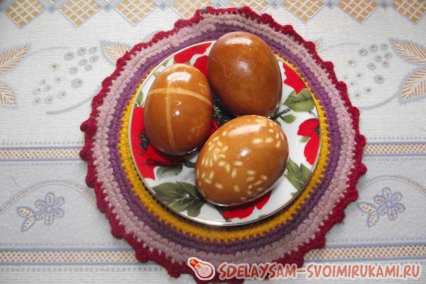 Original painting eggs for Easter with natural dyes