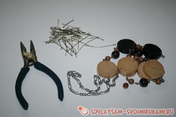 Интересные серьги из необычных деревянных бусин
