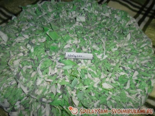 Вяжем коврик из старых вещей