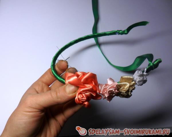Ободок с розочками из атласных лент