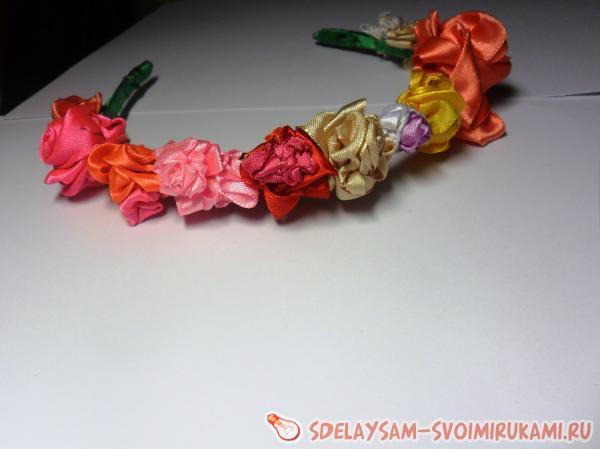 Ободки с цветами, повязка и венок из атласных лент (фото)