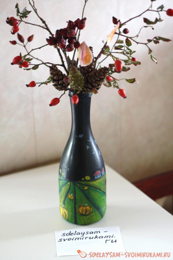 Ваза из бутылки с осенней икебаной