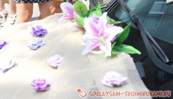 Decoration on the wedding car of roses