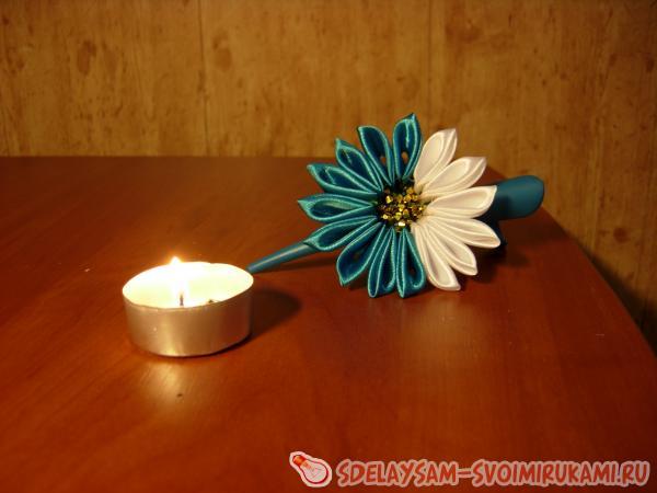 Приклейте цветок к картонной основе