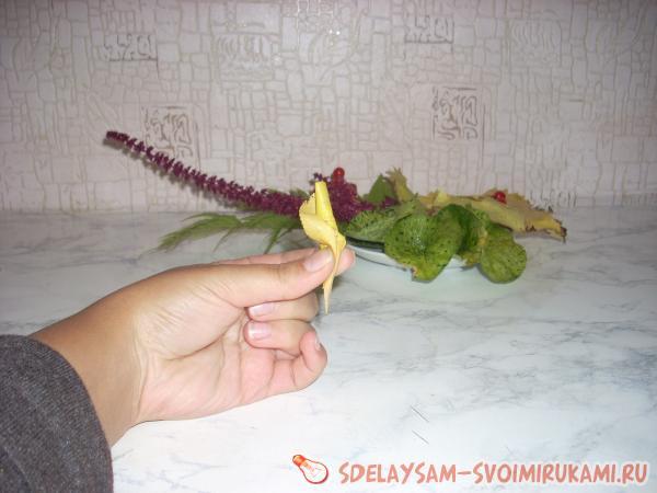 скатываем листочек в трубочку