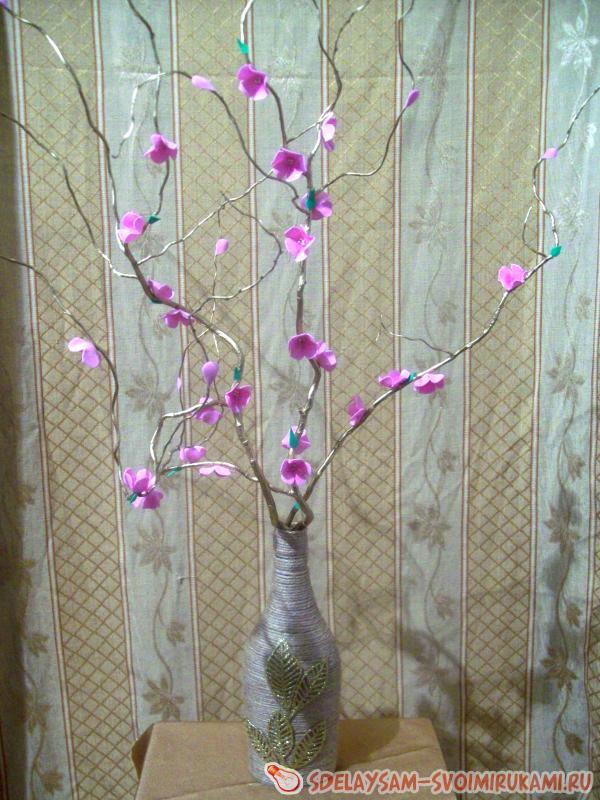 Ваза с цветами на ветке