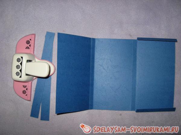 Вырезаем из синего картона основу