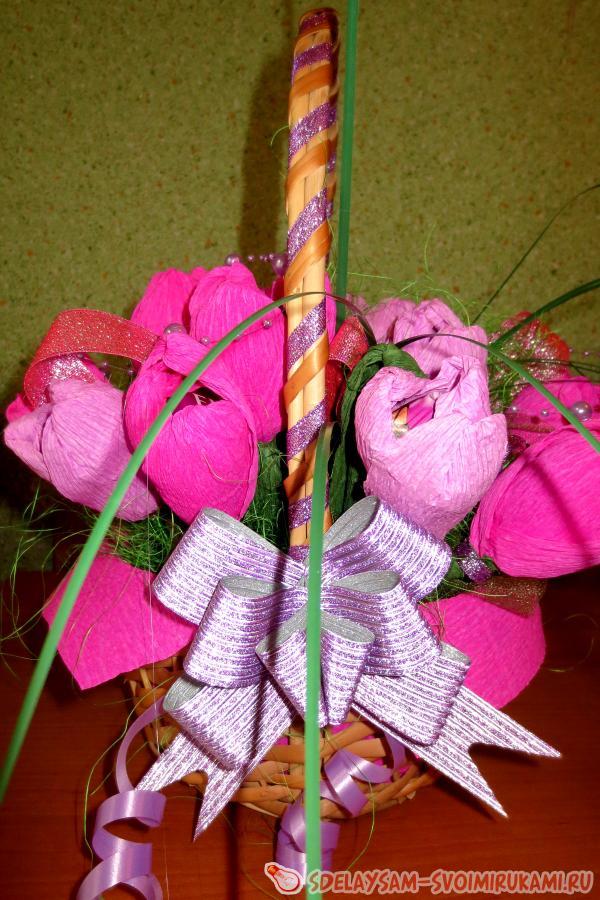Композиция «Корзина с цветами из конфет»