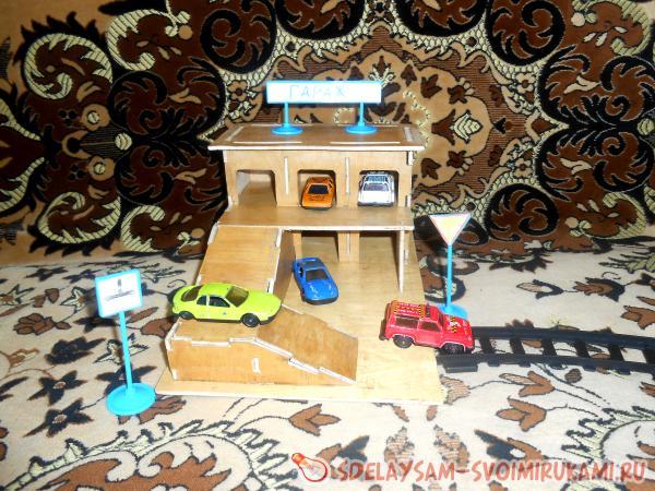 Игрушечный гаража для машинок