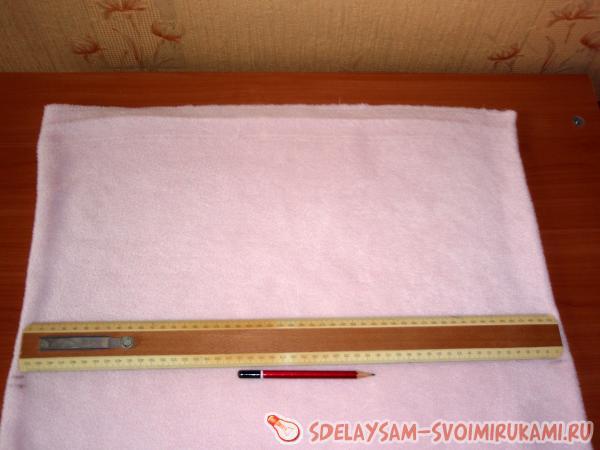 Отмеряем нужный отрезок ткани
