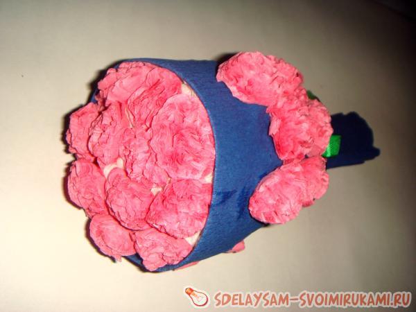 Букет с цветами из гофрированной бумаги