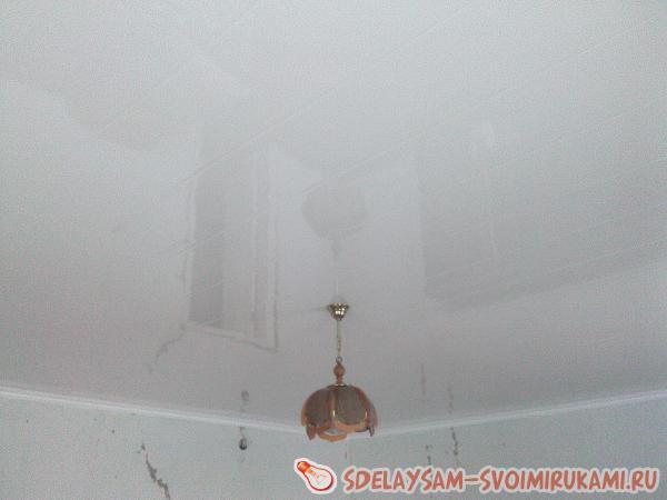 Ремонт потолка в гостиной