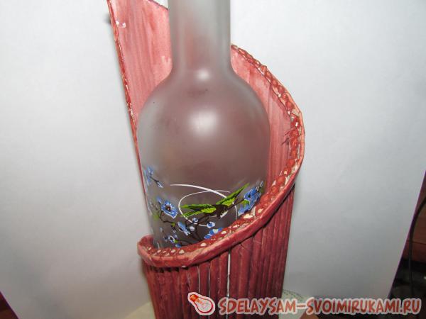 Подставка под бутылку вина из газетных трубочек