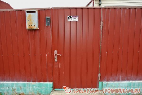 Монтируем забор из металлопрофиля