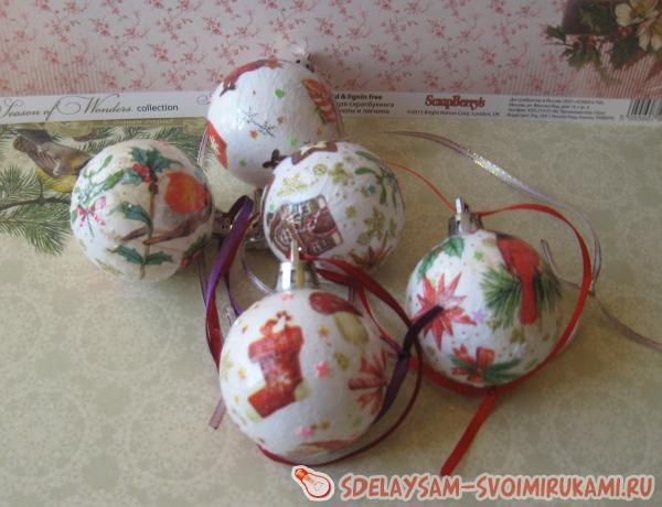 Decoupage balls on the Christmas tree
