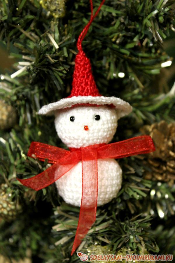 Снеговик елочная игрушка крючком