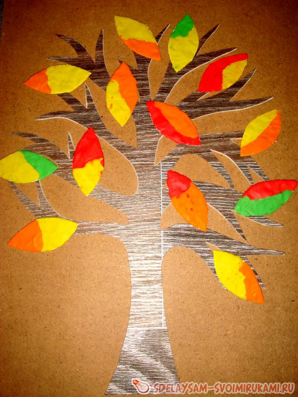 Дерево с листьями и цветами