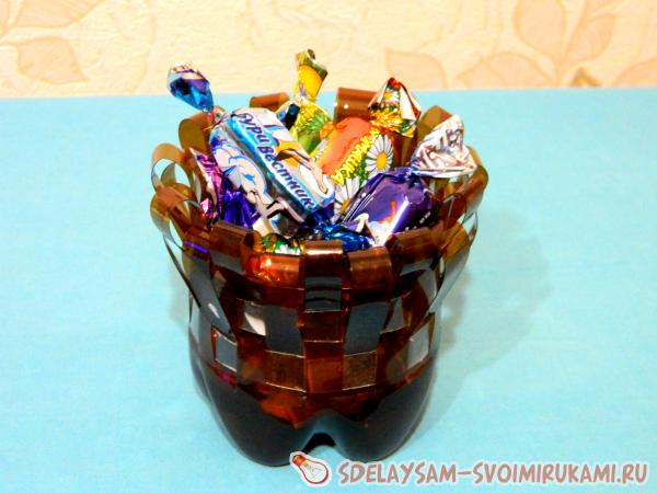 Оригинальная конфетница из пластиковых бутылок