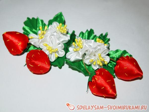 Hairpin strawberries from satin ribbons