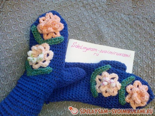 Mittens with three-dimensional with flowers