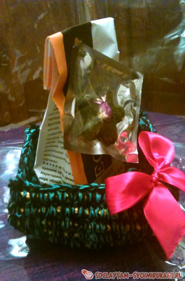 Корзинка из обвязанного шнура для упаковки подарка