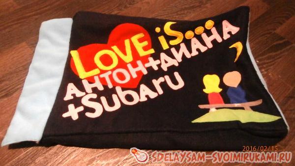 Декоративная подушка Love is