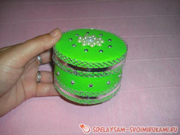 Шкатулка из бобины с отделкой лентами и фоамираном