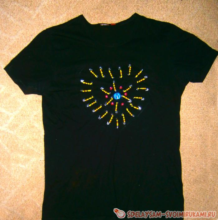 Как украсить футболку булавками