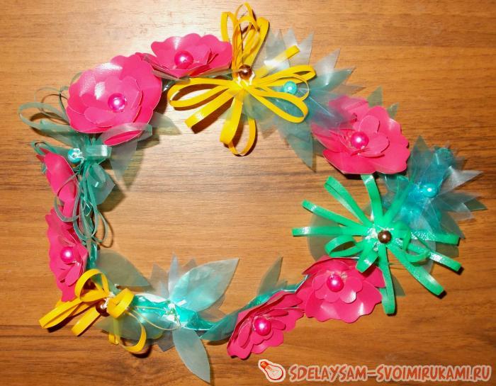 Цветочное украшение из пластика