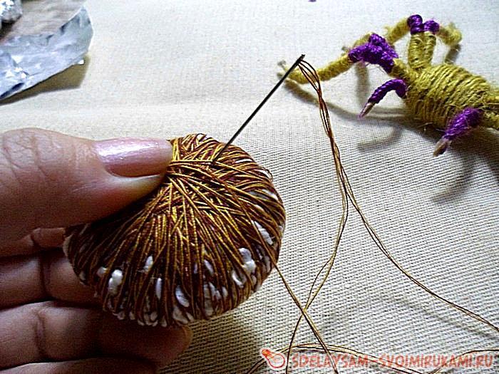 паук из фольги и ниток