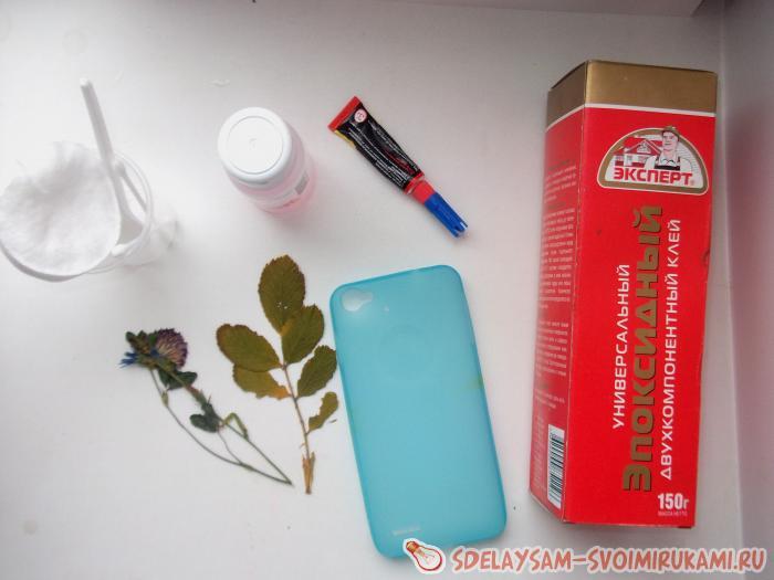 Декорирование чехла для телефона сухоцветами и эпоксидной