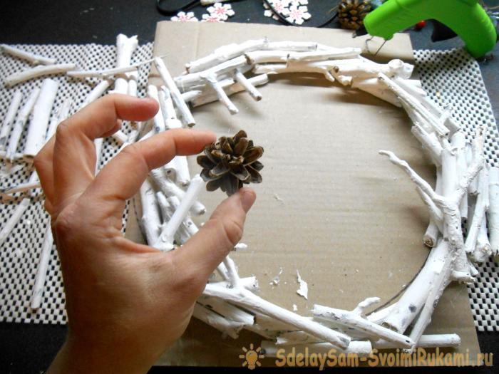 Рождественский венок из веток и палочек