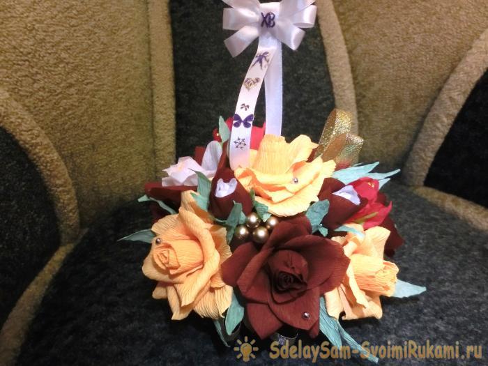 Украшение для стола из бумажных цветов