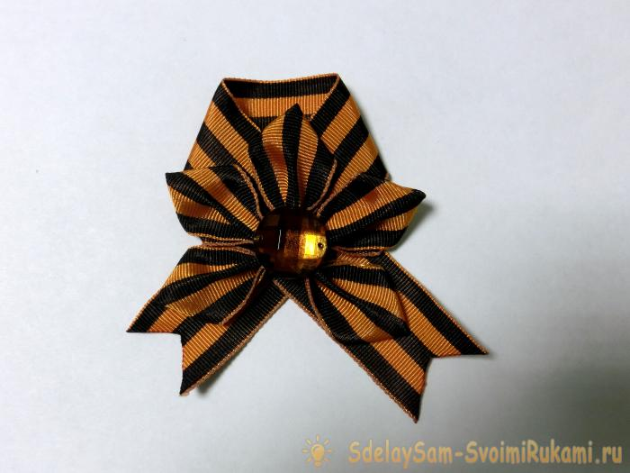 Brooch for May 9