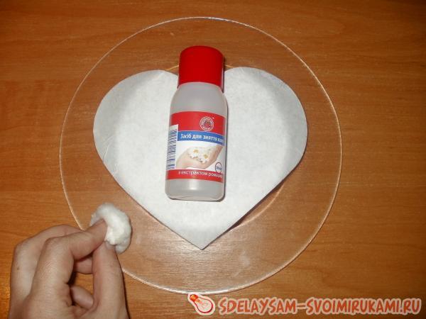 протираем жидкостью для снятия лака