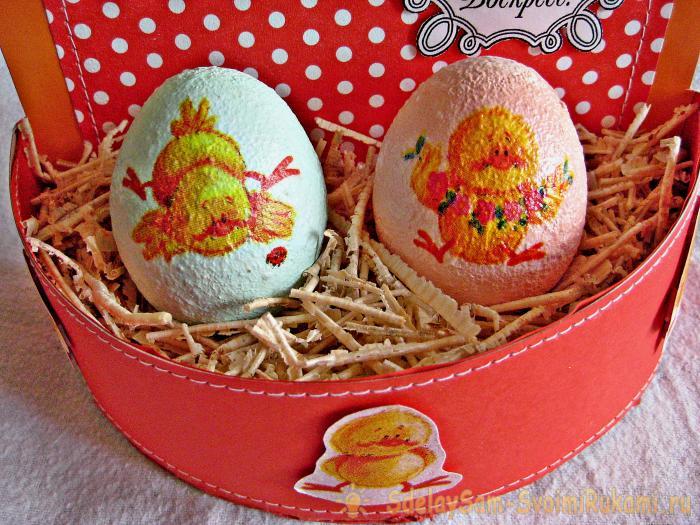 Пасхальная корзина с яйцами