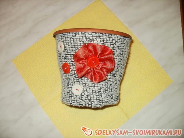пришиваем сделанный красный цветок