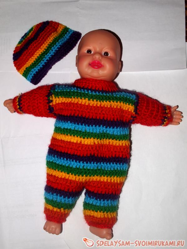 Cap with a crochet suit on the baby doll