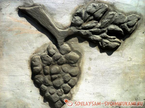 Украшение забора цементными декорациями