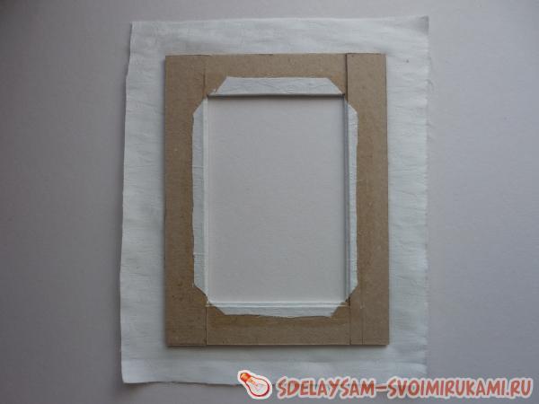 Вырежьте ткань по размеру рамки