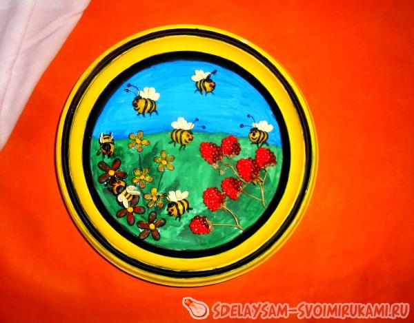 закрепляя на суперклей пчел