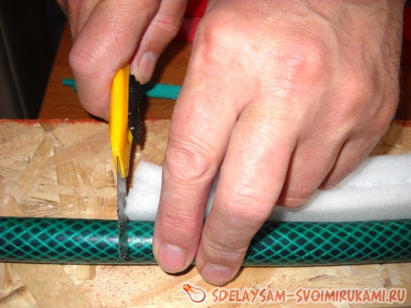 отрежем кусок садового шланга