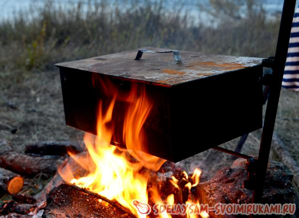 Close the smokehouse with the lid