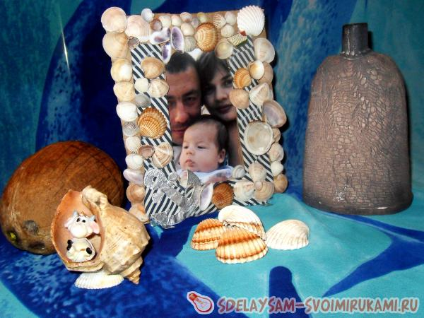 Frame for photos from fabric and seashells