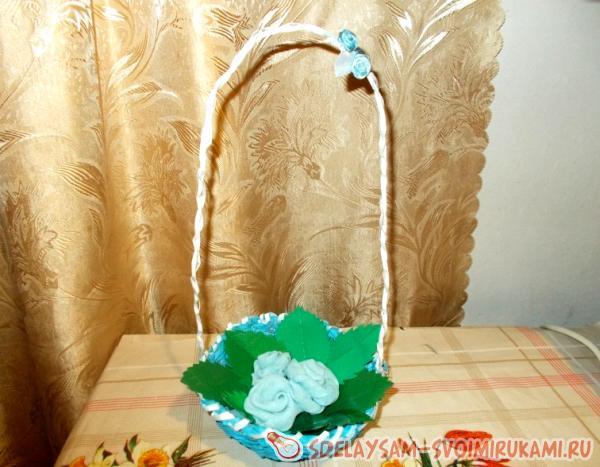 плетеная корзинка с цветами