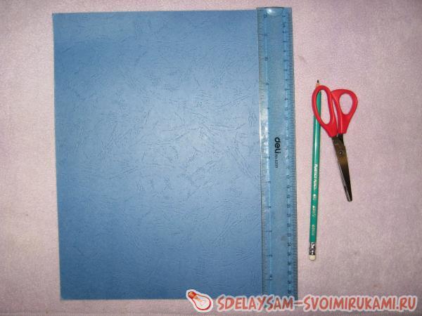 Кладем синий картон по вертикали