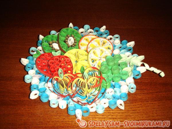 Кусочки фруктов на ажурной тарелке
