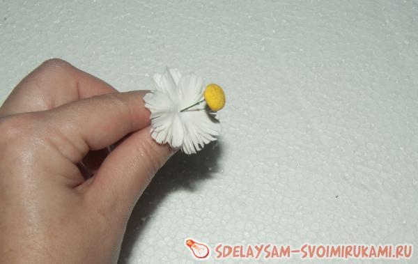 сердцевина вдевается в середину цветка