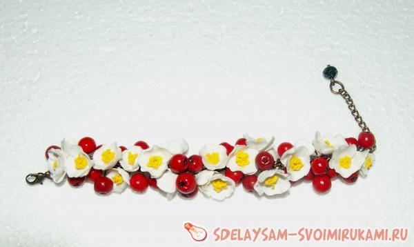 Браслет с ягодами и цветам