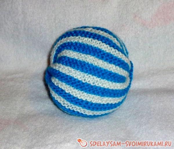 Полосатый мяч-погремушка